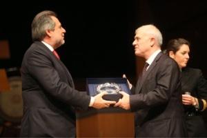 2012 - Μέγαρο Μουσικής: Ο τότε υπουργός Χρήστος Παπουτσής σε βράβευση επιχειρηματιών για την προσφορά τους στα σώματα ασφαλείας παραδίδει βραβείο στον Δημήτρη Μελισσανίδη για λογαριασμό της Aegean Oil