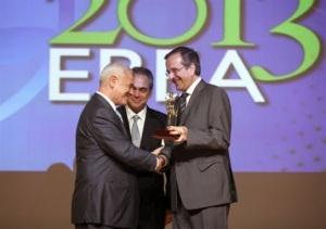 2013 – ΕΒΕΑ: Ο Αντώνης Σαμαράς δίνει το πρώτο βραβείο επιχειρηματιών στον Δημήτρη Μελισσανίδη, για λογαριασμό της Aegean Oil