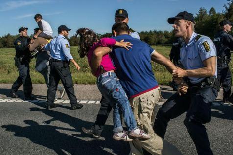 Η αστυνομία της Δανίας επί τω έργω… «Τέτοιου είδους αστυνομία είχαμε την εποχή της γερμανικής κατοχής», έλεγε σοκαρισμένος σε τηλεοπτική εκπομπή ένας ηλικιωμένος Δανός που στα νιάτα του ανήκε στην Αντίσταση. «Νόμιζα ότι δεν θα ξαναδώ τέτοιες εικόνες. Κάτι δεν κάναμε καλά…»