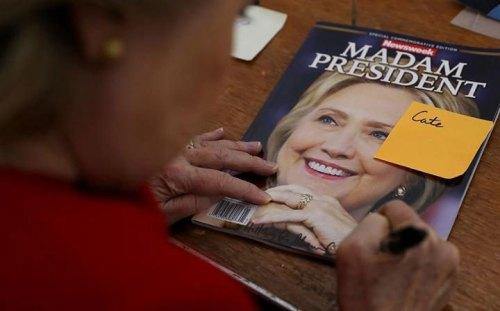 Οι επιχειρηματίες: σίγουροι. Το καθεστωτικό περιοδικό newsweek είχε έτοιμα, στις 7 Νοέμβρη, πάνω από 100.000 αντίτυπα για τη νίκη της Κλίντον. Τώρα και τα χαρτιά και η Κλίντον στην πρέσα…
